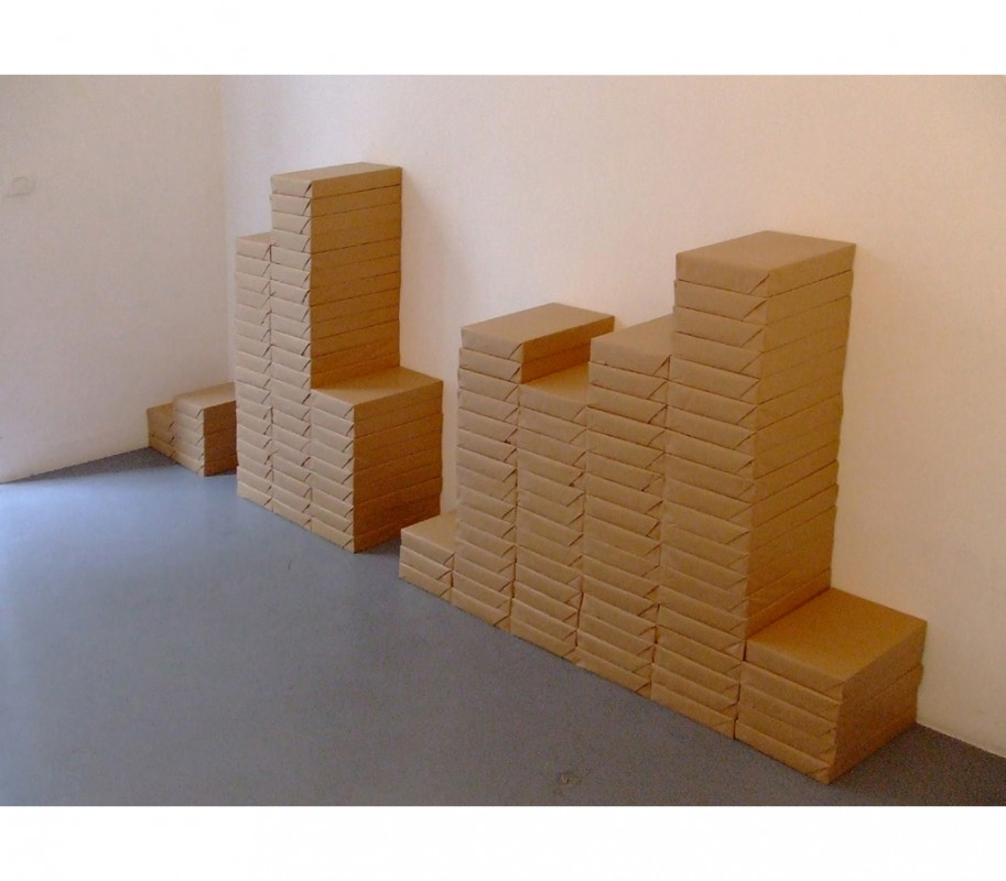 2006 Installation 127 ramettes de 500 feuilles  de papier emballées sous kraft 116 x 390 x 21cm oeuvre unique