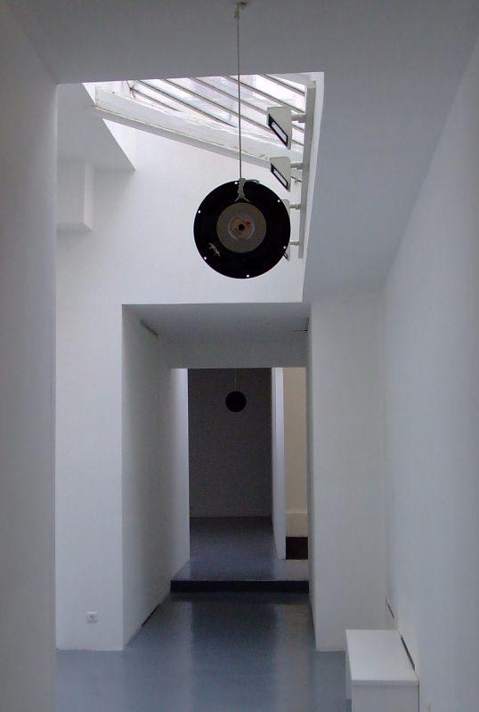 2007, installation sonore en deux parties, 2 haut-parleurs, miroir, soleil, son (avec Dennis McNulty), œuvre unique