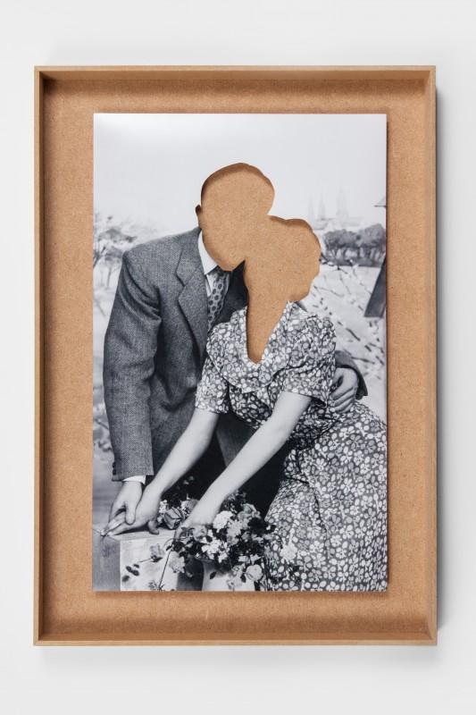 LOVE COUPLES photographie N&B découpée dans cadres bois 53,5 x 37,5 cm