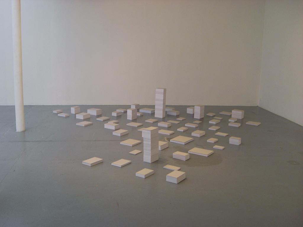 2012 triptyque 1850,967388 m2 – 74776 pages 37388 feuilles de papier blanc 70 g/m⇢ en 54 piles de formats différents dimensions variables