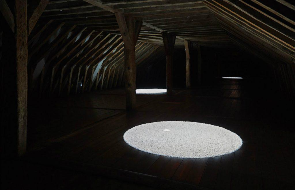 2018, installation, animation, b/w, sound, gravel  (Exhibition view, Archipel, Musée de l'Abbaye Sainte-Croix, Les Sables d'Olonne, 2018)