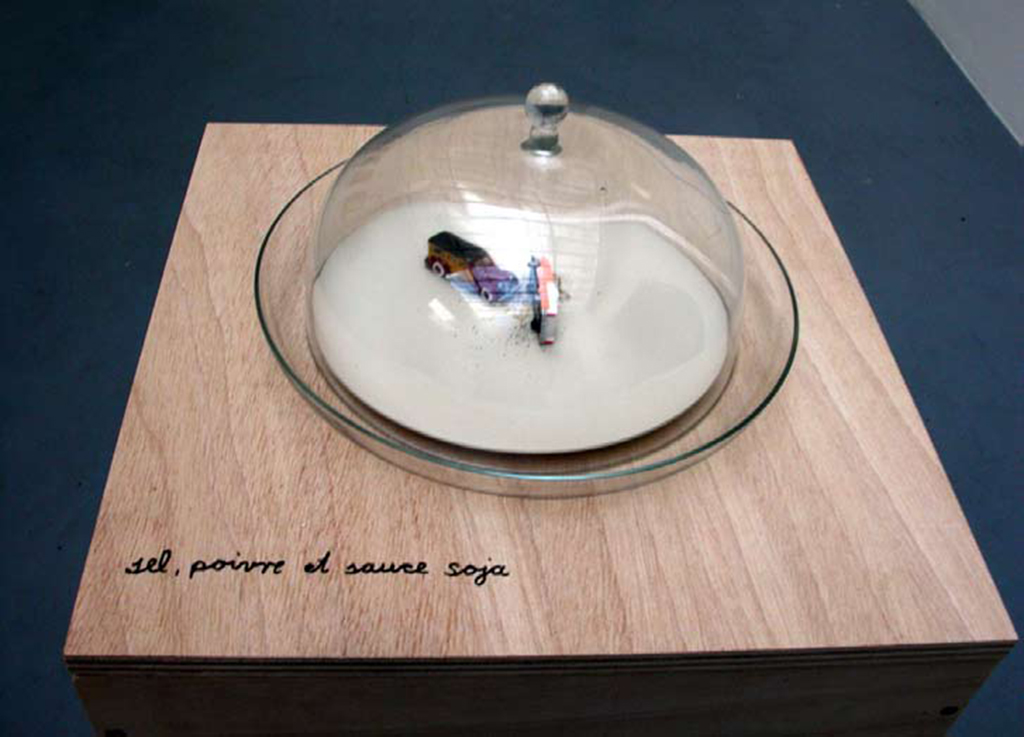 salt, pepper, soy sauce and toys in glass bowl with lid, 28 cm (diamètre) x 14 cm
