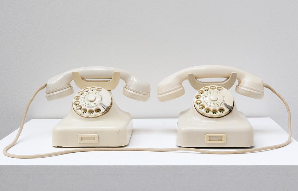 2 telephones, 20 x 60 x 30 cm