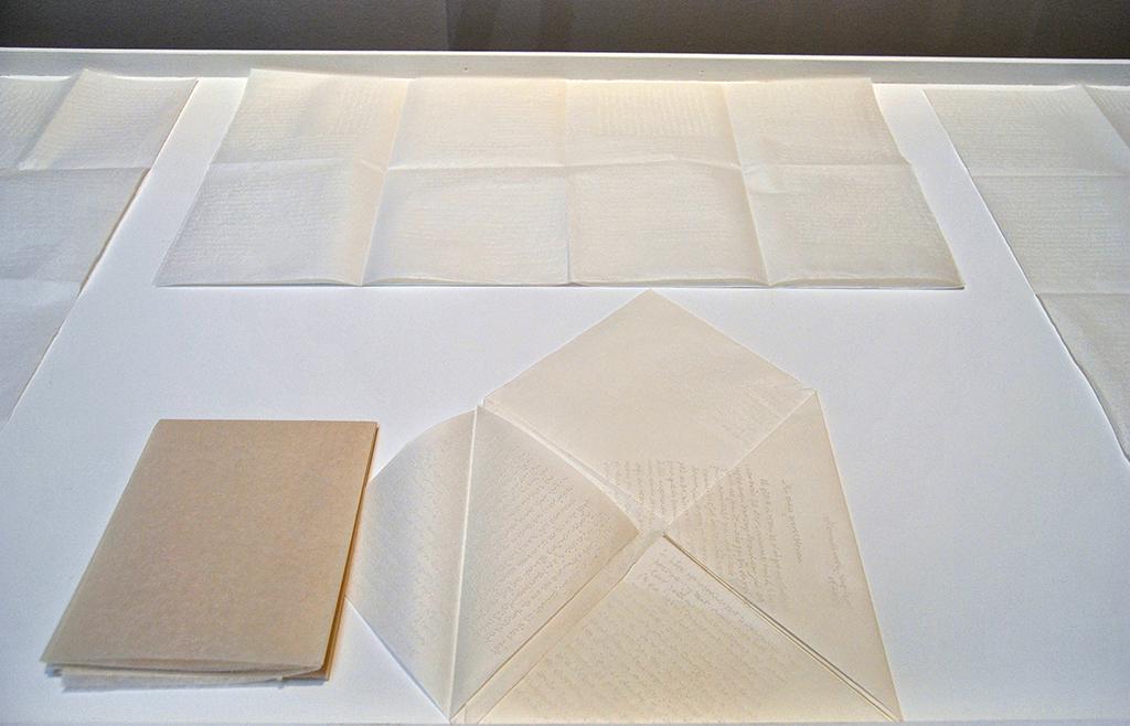 2014, ensemble de 5 interventions sur papier, dimensions variables, oeuvre unique <br> <br> Cette oeuvre comprenant 5 dessins reprend certaines lettres de Marcel Proust écrites à sa mère. Les différents textes choisis sont reproduits à la main, à l'aide d'une aiguille sur du papier. L'artiste procède ainsi ; un seul texte sur un seul papier, en faisant toujours allusion aux différents motifs brodés que l'on retrouve sur des objets domestiques, comme les nappes ou coussins.