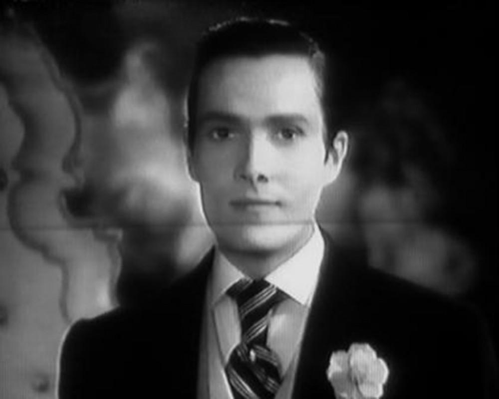 2008 installation vidéo <br>  L'image présentée est extraite du film de Albert Lewin de 1945 Le Portrait de Dorian Gray. Elle correspond à l'instant où le jeune homme, bouleversé par les propos de Lord Henry, conçoit le vœu de son éternité. La vidéo projetée est celle d'un arrêt sur image. Elle déplace dans une éternelle durée, l'arrêt de mort que signerait l'équivalence de ce geste sur le film original en pellicule et rejoint par là, la réalisation paradoxale du vœu de Dorian Gray.