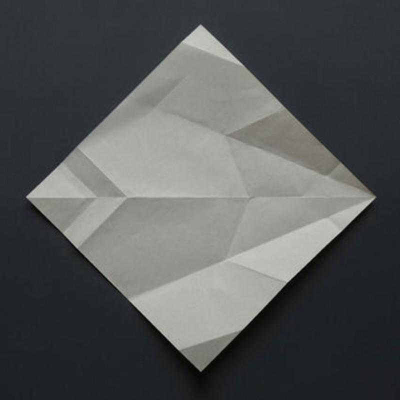 2011 14 photographies couleur tirages jet d'encre sur papier baryté 25 x 25 cm chacun édition de 3 <br> Figures défaites présentent des photographies de papiers d'origamis dépliés. La représentation figurative réalisée par le pliage de chaque papier n'est dès lors plus accessible. Restent les plis nécessaires à sa fabrication qui donnent naissance à une autre image géométrique, abstraite, ouverte à l'infini des interprétations.