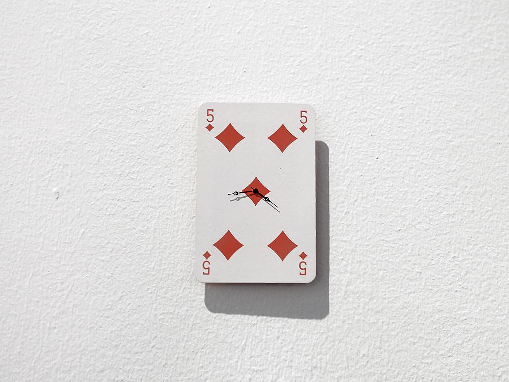 SANS TITRE 2015 mouvement de montre et carte à jouer 8 x 5,5 cm oeuvre unique dans une série