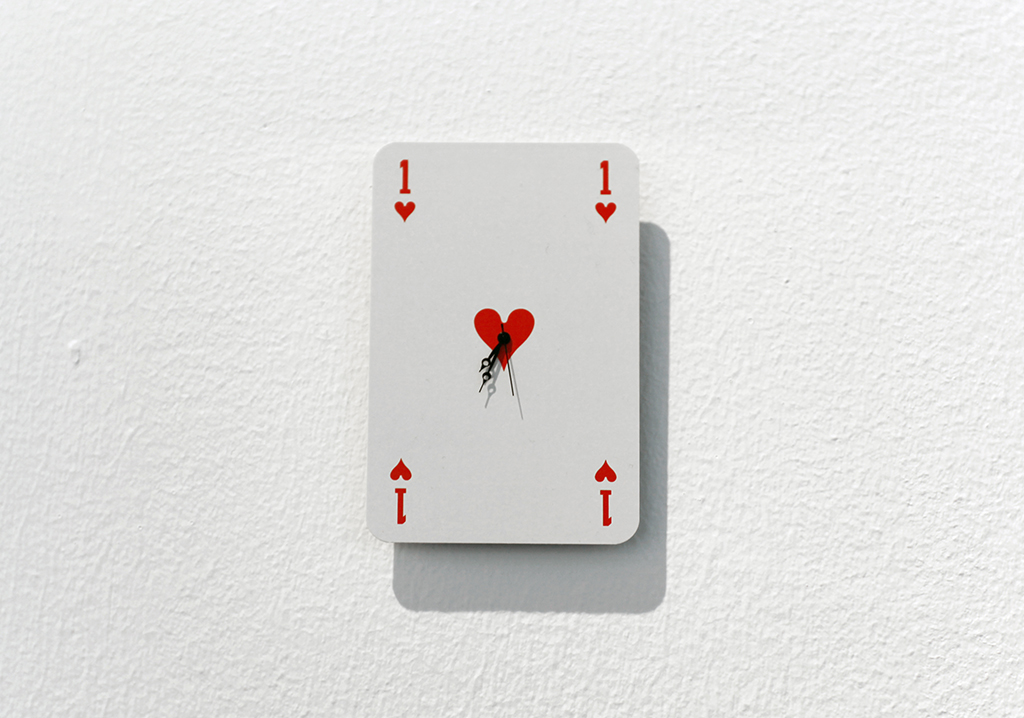 UNTITLED 2015 mouvement de montre et carte à jouer8 x 5,5 cm œuvre unique dans une série