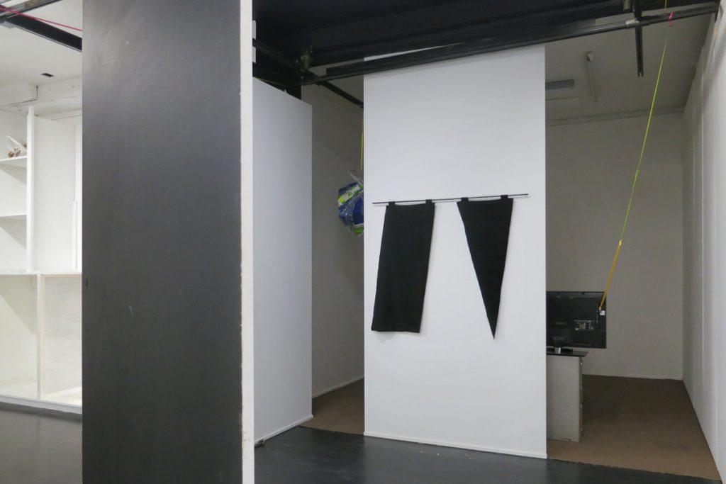 2015 tube en métal, tissu noir, 120 x 133 cm