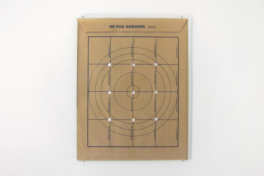 2013, dessin à l'encre noire sur enveloppe administrative, plaque de verre, 33 x 24 cm, œuvre unique dans une série