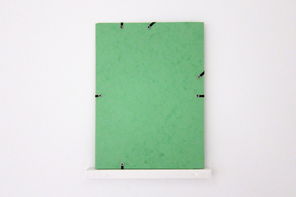 2013, pochette cartonnée, élastiques, rivets métalliques, bois peint, 24 x 34 x 2 cm, œuvre unique