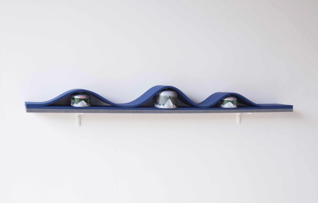 2013, bombonnes de gaz, mousse, bois peint, équerres, 12 x 130 x 10 cm, œuvre unique