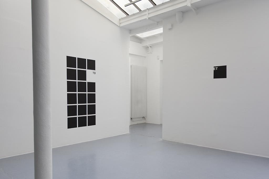 ET 2015 wall piece en deux parties peinture noire et vinyl adhésif dimensions variables ( carré de 25 cm de côté ) œuvre unique