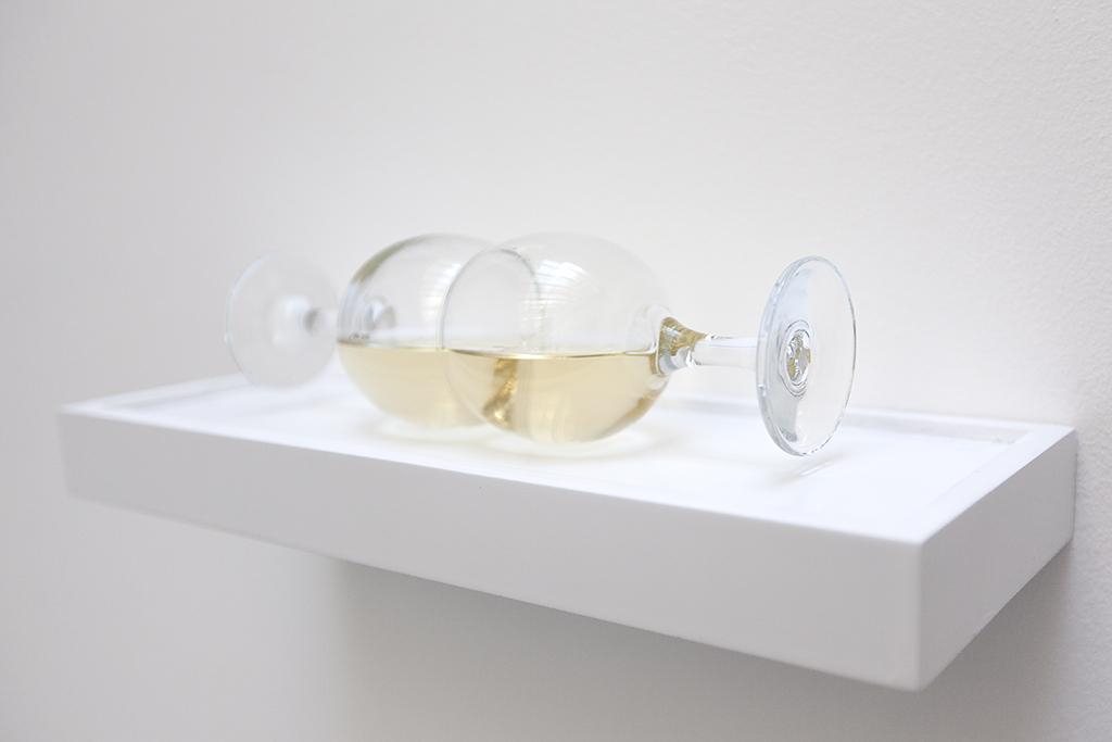 GLOUGLOU ( blanc ) 2013 deux verres, vin et colle UV 8 x 27 x 8 cm édition de 5 exemplaires