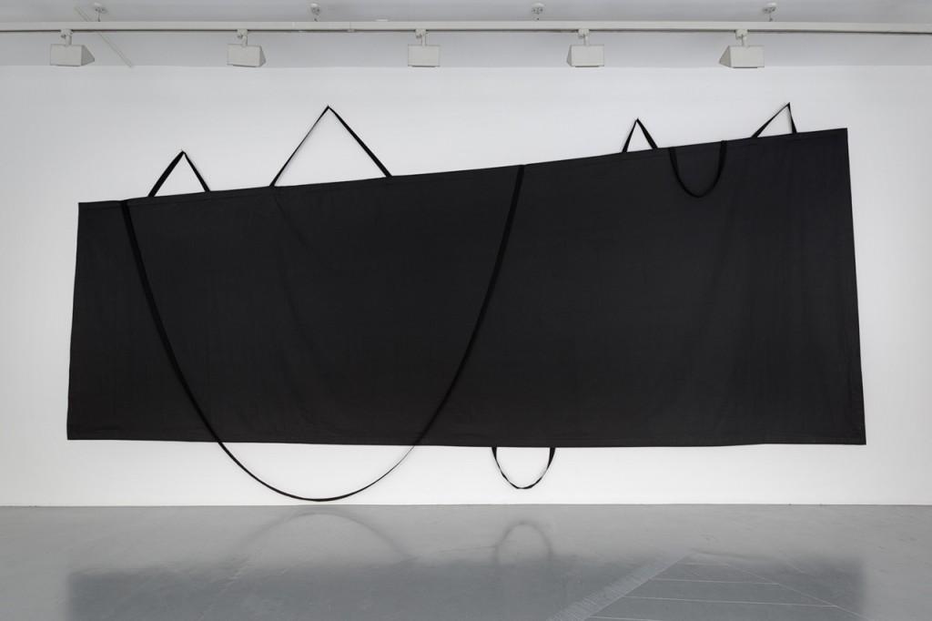 2016, tissu noir, sangles, 310 x 621 x 4 cm, oeuvre unique – photo : Romain Darnaud