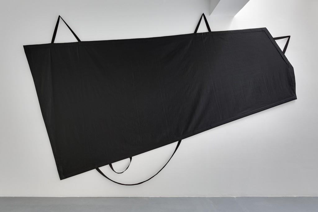 2016, tissu noir, sangles, 290 x 452 x 4 cm, oeuvre unique – photo : Romain Darnaud