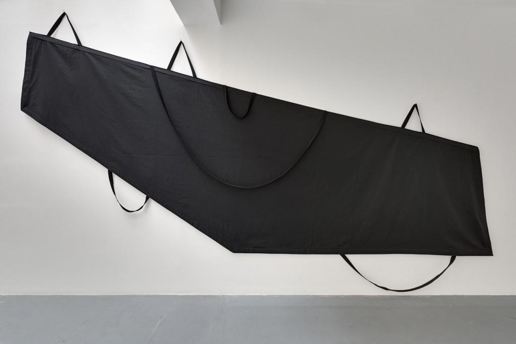 2016, tissu noir, sangles, 282 x 525 x 4 cm, oeuvre unique  – photo : Romain Darnaud