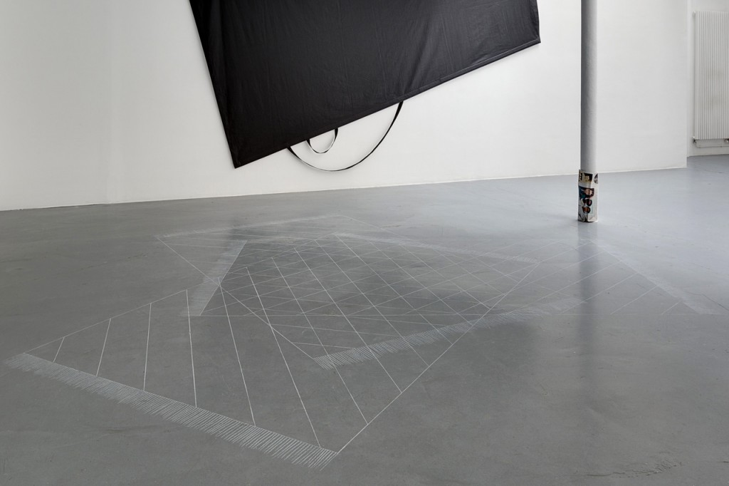 2016, dessin au sol, pastel blanc, 390 x 350 cm, oeuvre unique, avec plan de montage – photo : Romain Darnaud