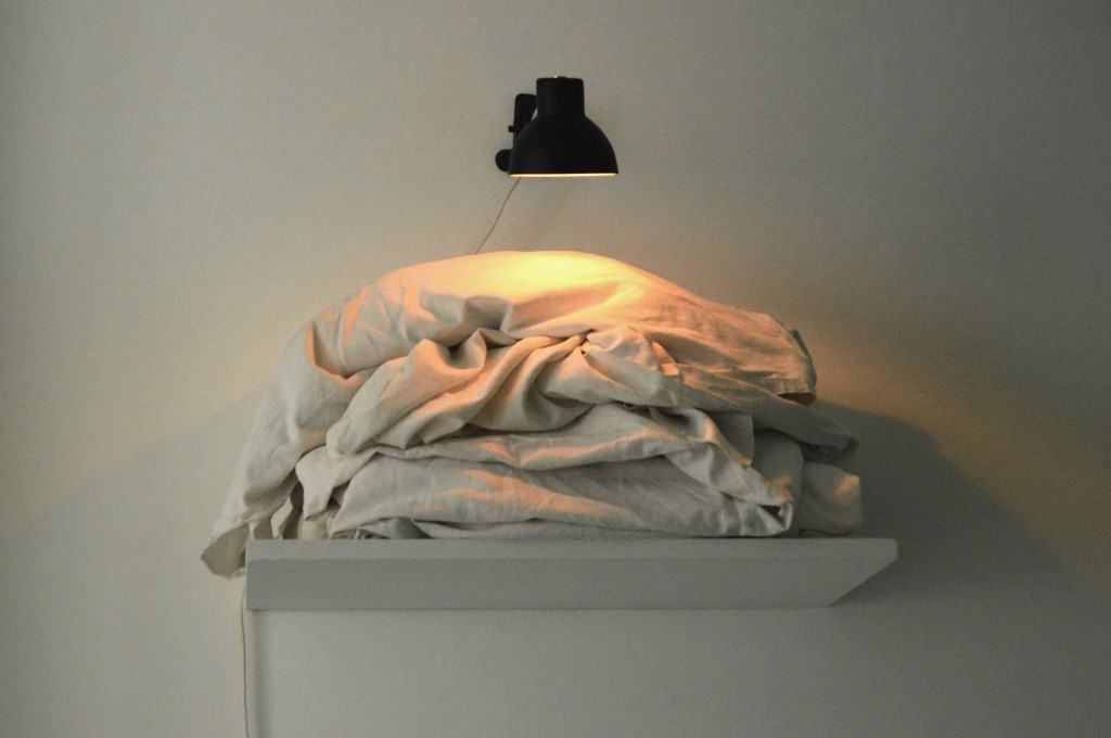 RESERVE (LES SUISSES MORTS), 1995, photos découpées, tissus blancs, lampe, étagère, 60 x 60 x 35 cm, oeuvre unique
