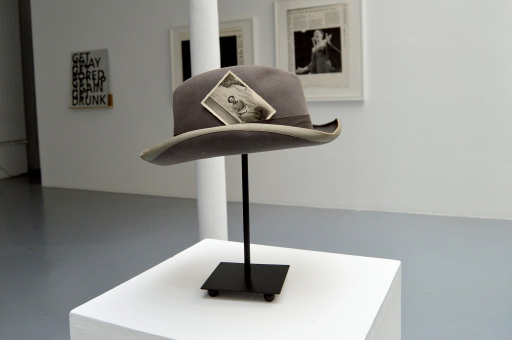 HAT WITH PHOTO, chapeau + photo N/B, 40 x 30 x 30 cm