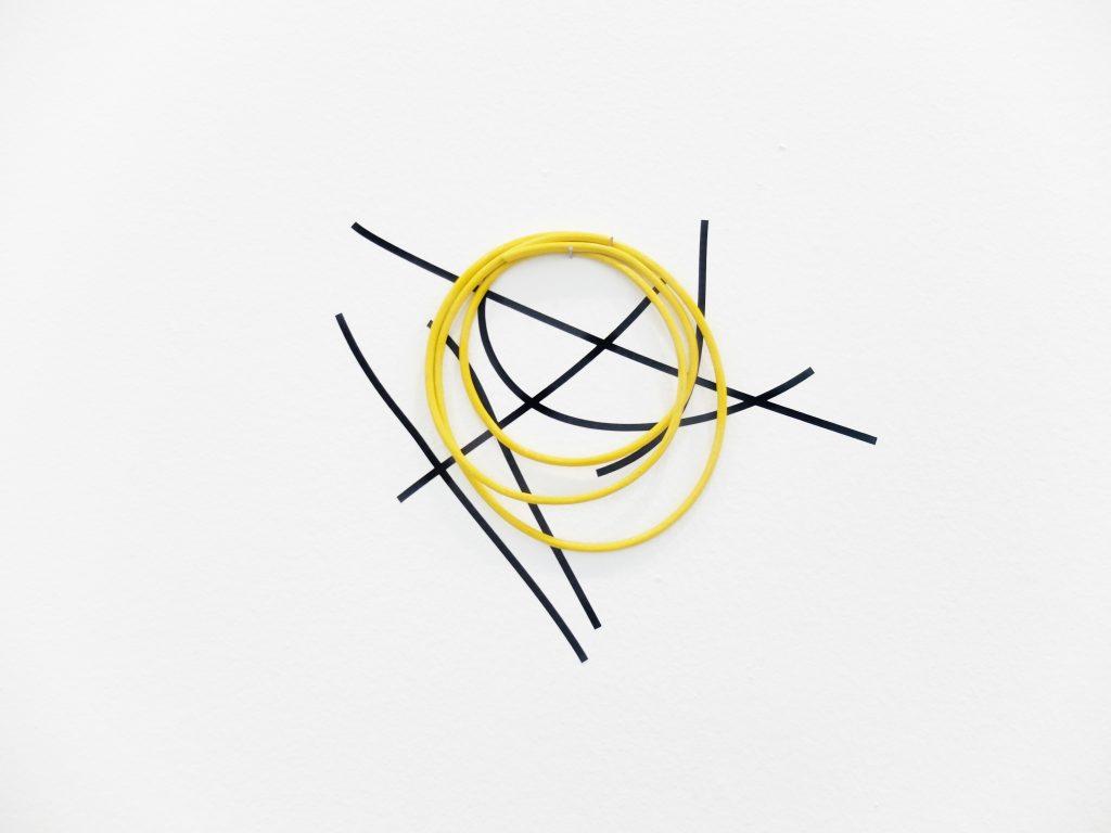 2017 vinyl adhésif noir et divers matériaux, dimensions variables, oeuvre unique, photo : Julia Barricelli