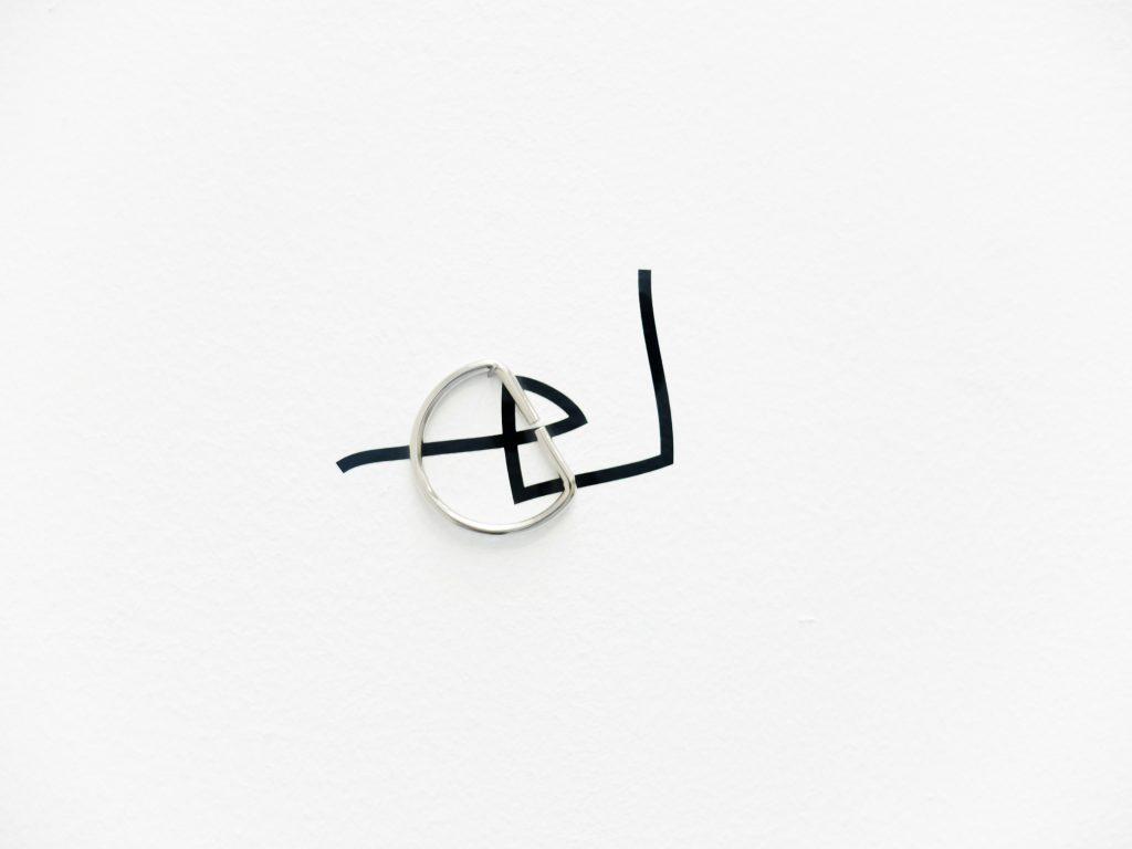 2017, vinyl adhésif noir et divers matériaux, dimensions variables, oeuvre unique, photo : Julia Barricelli
