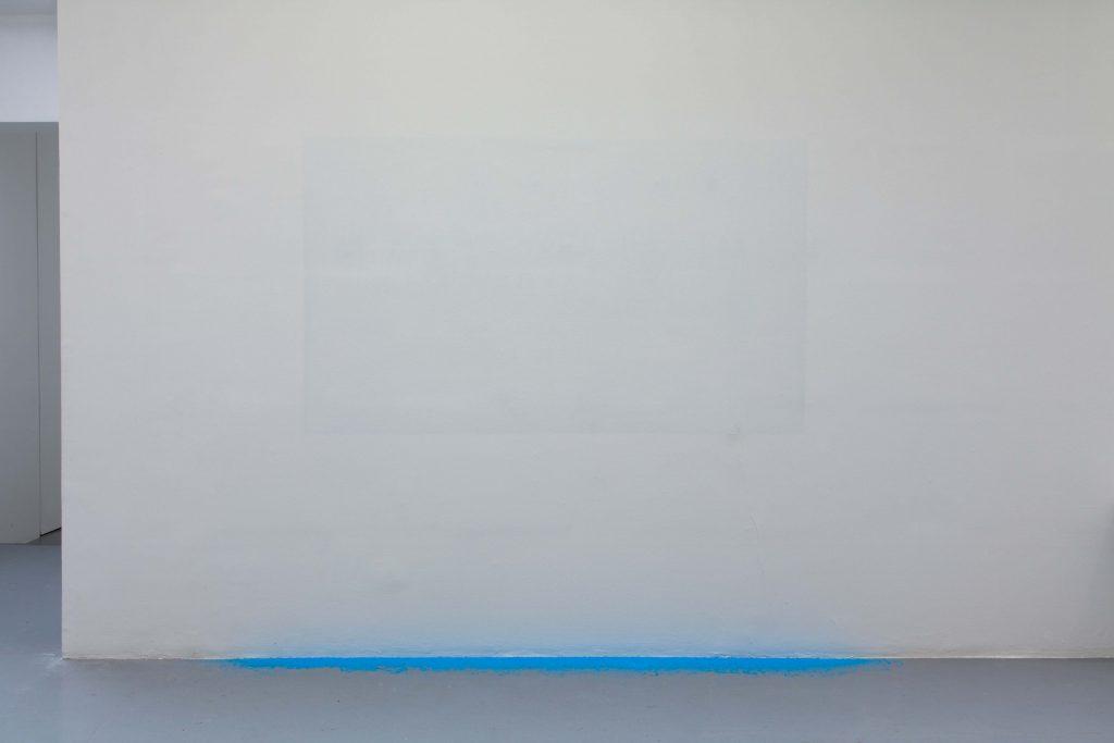 PALIMPSESTE (STRATÉGIE D'ÉVASION), 2017, installation, surface gommée, résidus de gomme bleue, dimensions variables, édition de 5 exemplaires avec protocole et certificat