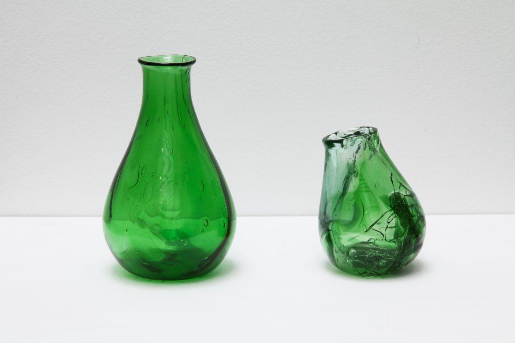 UNTITLED (DEAD HORSE BAY AND SAN PEDRO), 2017, dyptique, morceaux de verre ramassés sur une plage et soufflés en vases, dimensions variables, oeuvre unique