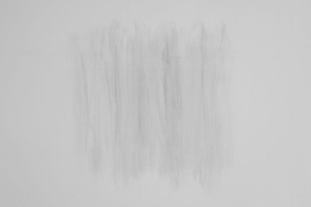 A4, 2017, cendres d'une feuille A4 brûlée, appliquées sur le mur, dimensions variables, oeuvre unique dans une variation de 3 exemplaires
