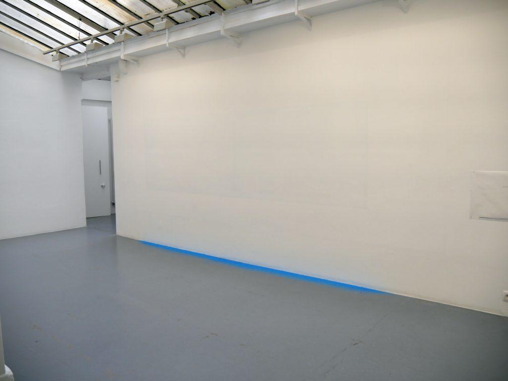 installation surface gommée, résidus de gomme bleue dimensions variables édition de 5 exemplaires