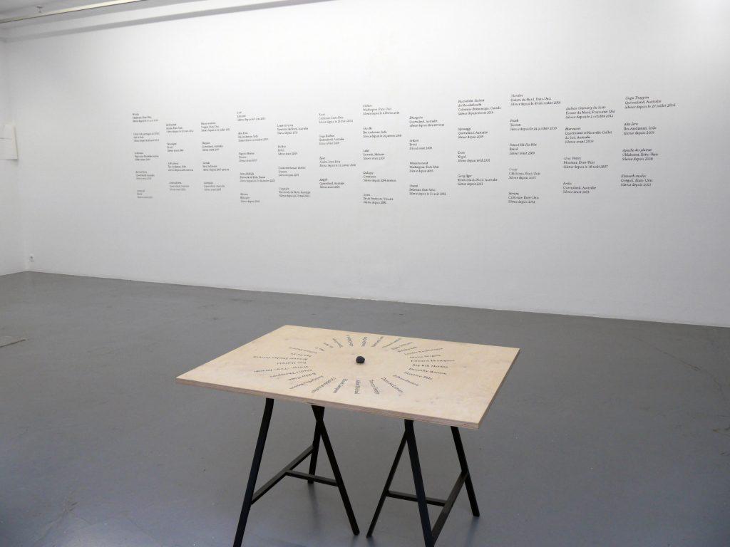 dessin mural au fusain + table d'orientation des locuteurs ensemble de 52 éléments + inscriptions sur bois + performance dimensions variables 5 oeuvres uniques