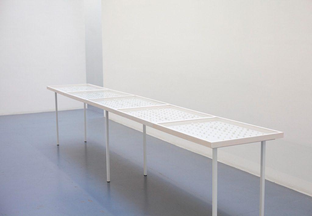 2018, Performance, Papier littéralement mâché, 525 entités sous vitrine, 63 x 415,5 x 5 cm overall