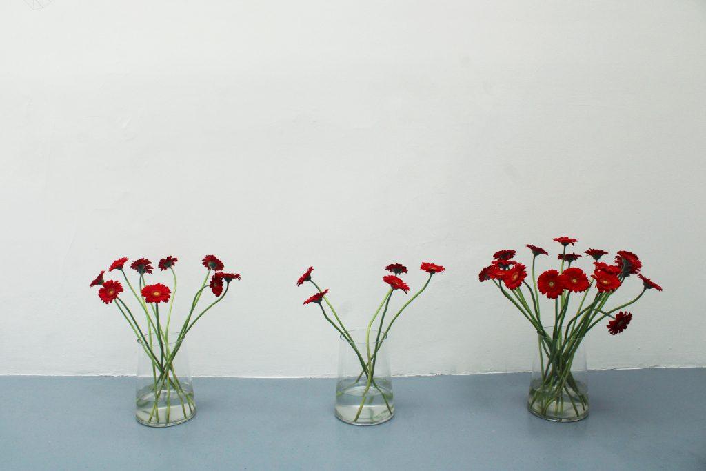 protocole, 31 fleurs, 3 vases, dimensions variables, oeuvre unique avec certificat
